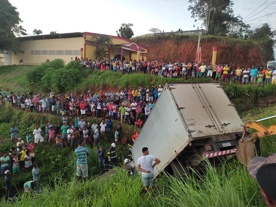 Motorista morre e três pessoas ficam feridas após caminhão cair em represa em Ibirapitanga